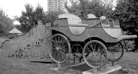 Памятник первому английскому автомобилю Ланчестера